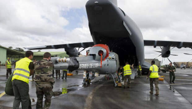 Погрузка вертолета Fennec в транспортник A400M Фото: ВВС Франции
