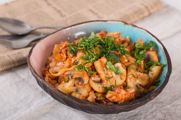 Тушеная картошка с капустой грибами и копчёной курицей. Аппетитное блюдо для всей семьи 2