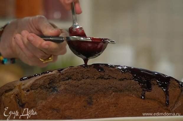 Черничный джем выложить в сотейник и, постоянно помешивая, прогреть на маленьком огне, затем протереть через сито над готовым кексом и распределить лопаткой или кисточкой по всей поверхности.