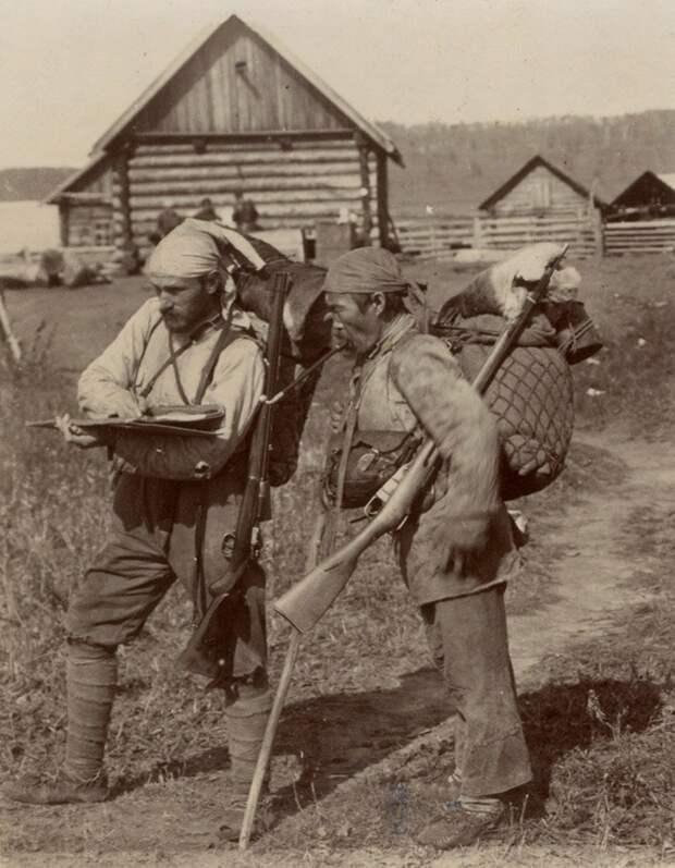Владимир Клавдиевич Арсеньев, известный путешественник, первопроходец Дальнего Востока (слева) и его проводник Дерсу-Узала (справа).