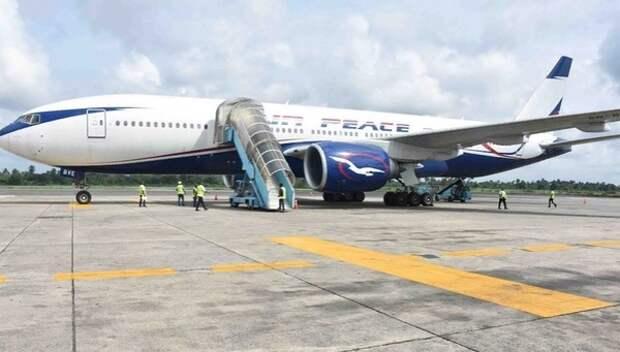 Пассажир снял на видео момент выезда Boeing 737 за ВПП во время посадки