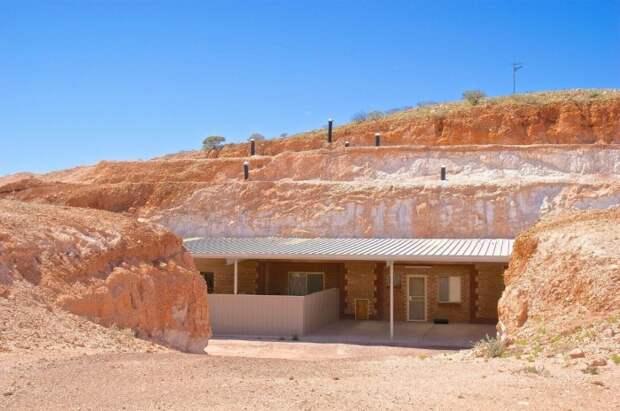 Обустраивая жилье в бывших шахтах, образовавшихся в результате добычи опала, люди укрываются от песчаных бурь и сильной жары / Фото: homestratosphere.com