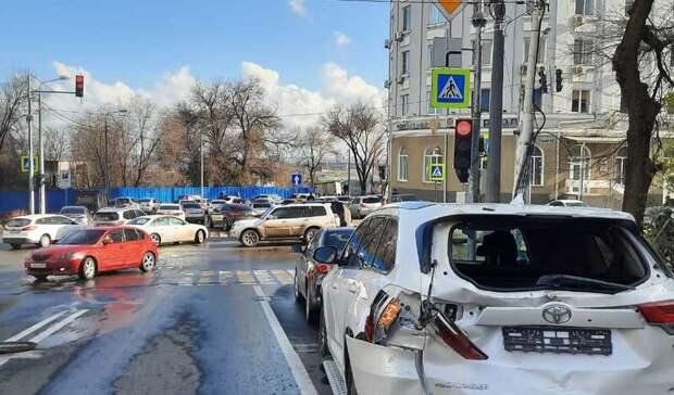 Массовая авария с пятью автомобилями произошла в центре Ростова