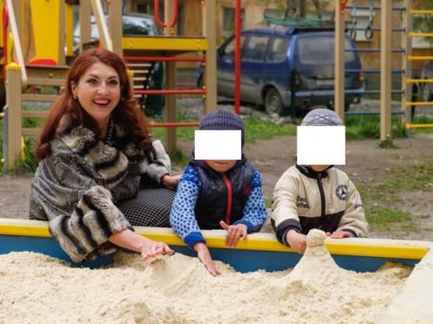 Единоросс в шиншилловой шубе устроила фотосессию в песочнице (ФОТО)