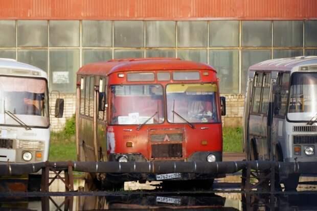 Этот ЛиАЗ ждёт возвращения хозяина из отпуска — и может быть, даже поедет снова Арзамас, ЛиАЗ 677, автобус, автомир, лиаз, общественный транспорт, ретро техника