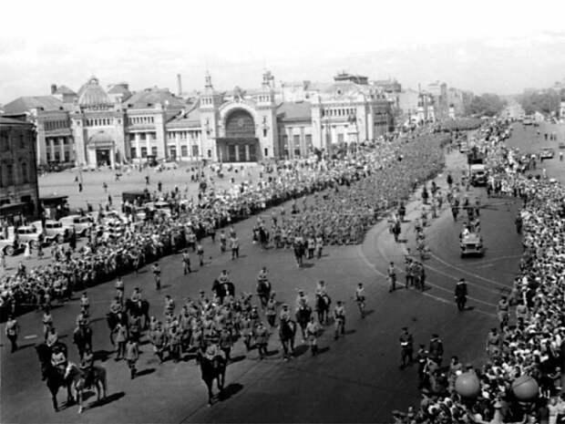 Кто дирижировал «Большим вальсом» в Москве и как сложилась дальнейшая судьба организаторов «парада побеждённых» война, история, факты