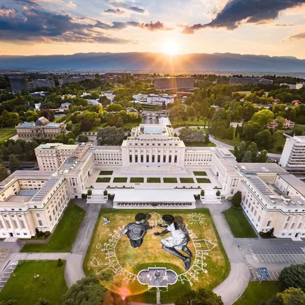 Огромная картина из биоразлагаемых материалов появилась у здания ООН в Женеве