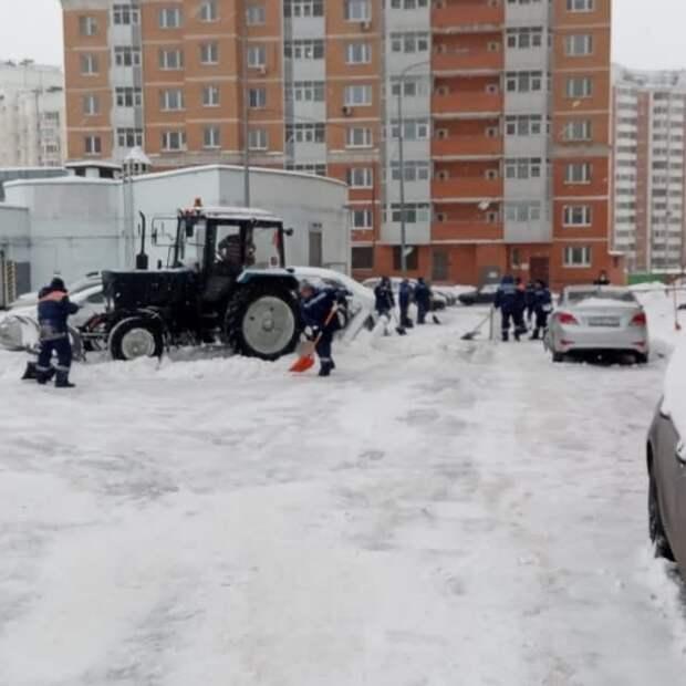 В Северном снег убирают в первую очередь с парковочного пространства – управа