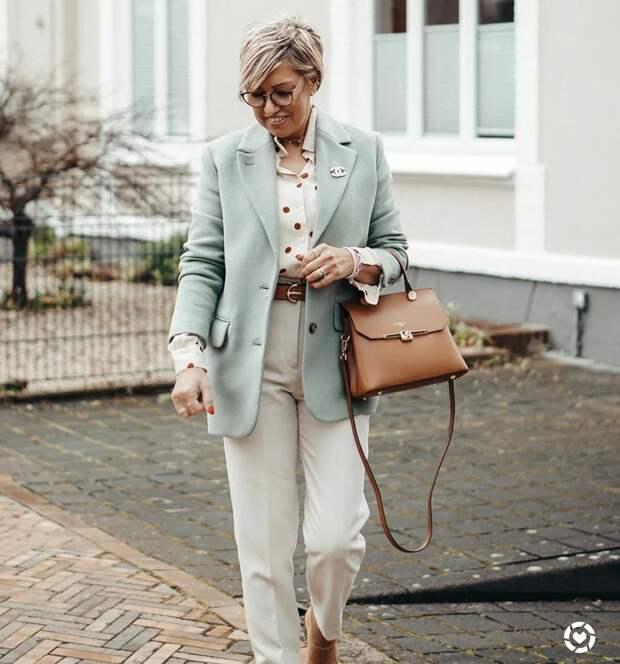 Простая блузка, которая способна преобразить образ женщины 50+