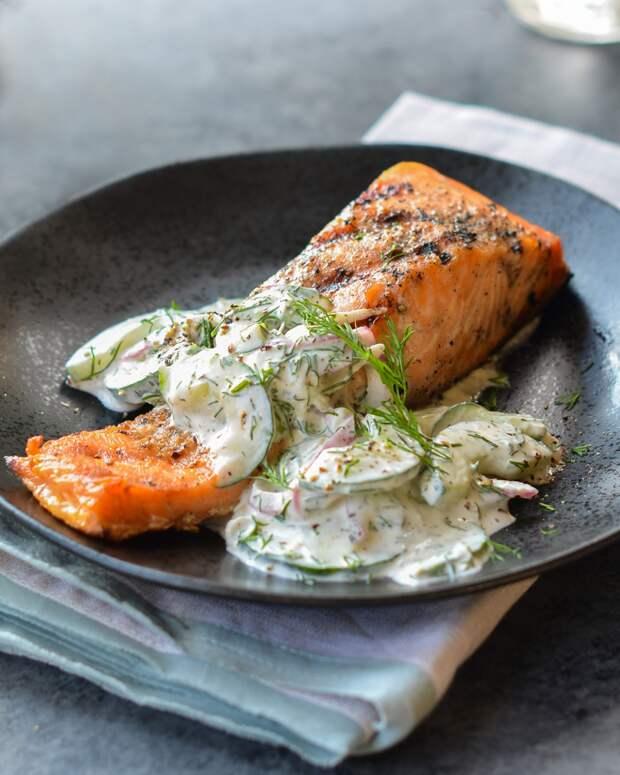 Запеченная рыба с огуречным салато-соусом.Я запекала камбалу