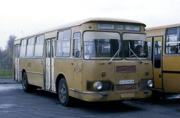 Старый добрый ЛиАЗ-677М в Лужниках, 1988 год. Эта машина оставила в наших головах пожалуй самые теплые воспоминания. ЛАЗ, СССР, авто, автобус, автомобили, зил, лиаз, советский автопром