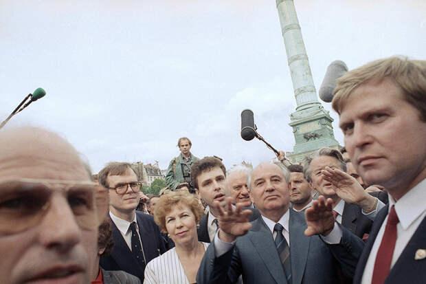 Популярность Горби и Раисы Максимовны в мире была фантастической. На Площади Бастилии в Париже толпа чуть не растерзала их в своих искренних объятиях любви. Фото: AP