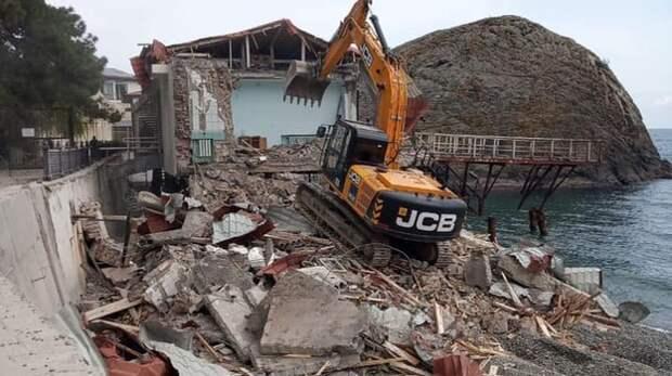 Минобороны сносит здание на пляже в Партените