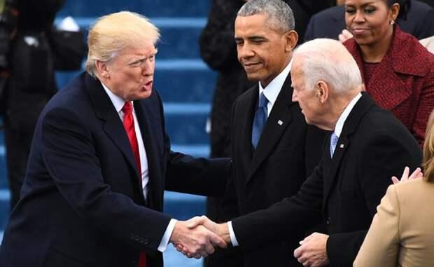 На фото: избранный президент Дональд Дж. Трамп обменивается рукопожатиями с вице-президентом Джо Байденом, когда он прибыл на инаугурацию, 20 января 2017 года, Вашингтон, округ Колумбия, США