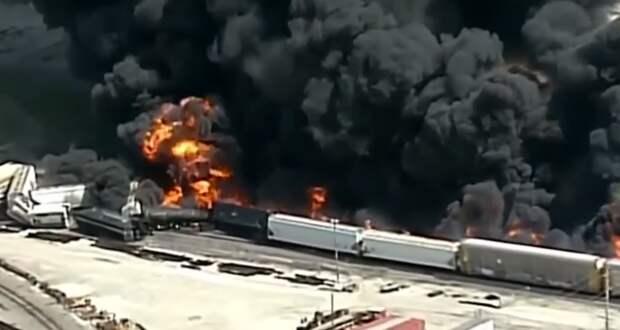 В США поезд с опасными химическими веществами сошел с рельсов и загорелся (видео)