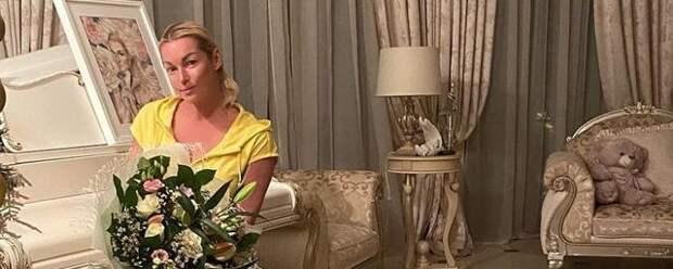 Волочкова выложила фото чужого букета под видом своего подарка на 45-летие