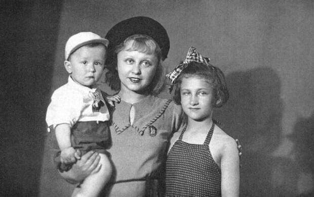 Янина Жеймо с детьми // Фото: kino-teatr.ru