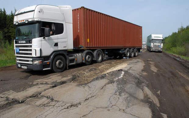 В России нашли сотни дорог, которые разрушают фуры