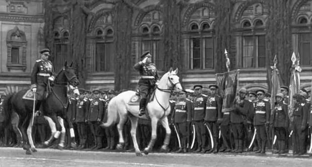 Кого пронесли по площади на кителе на Параде Победы 1945 года