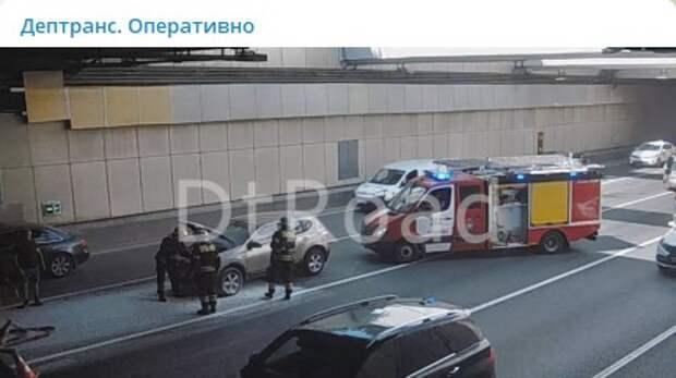 В Лефортовском тоннеле вспыхнул автомобиль