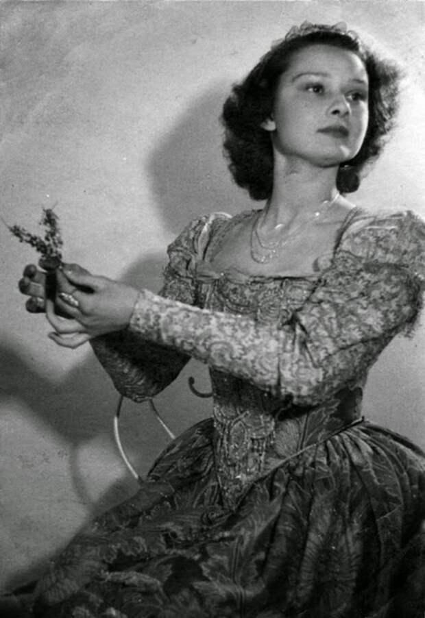 Невероятная Одри Хепбёрн. 30 детских и юношеских фотографий.