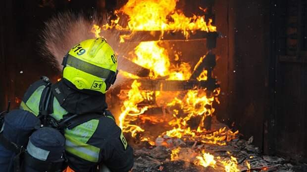 Более 80 жителей Новосибирска эвакуировали из-за пожара в бараке