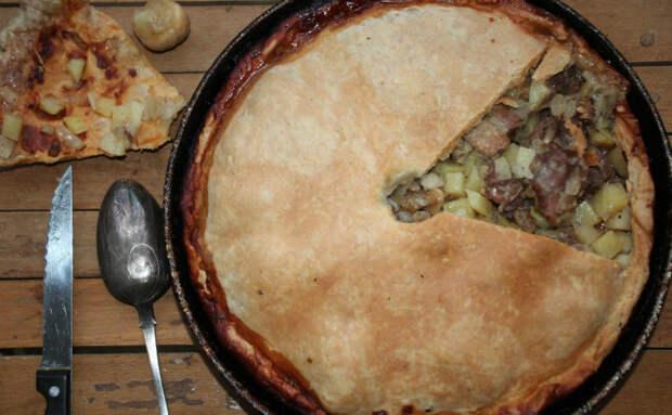 2 стакана муки, кефир и картошка: собираем быстрый пирог с мясом за 30 минут