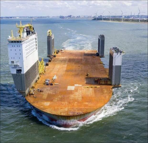 Огромный корабль