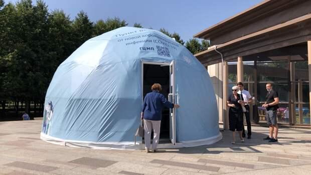 Пункт вакцинации в петербургском парке 300-летия принял первых пациентов