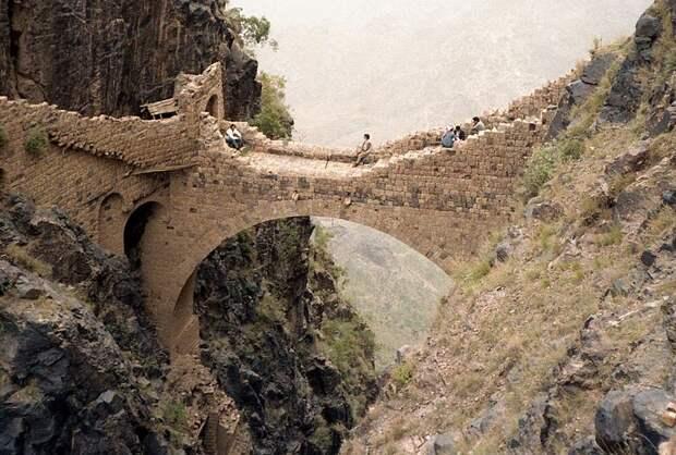 Мост на высоте в 2000 метров, который можно сломать за несколько минут, но он не рушится несколько веков