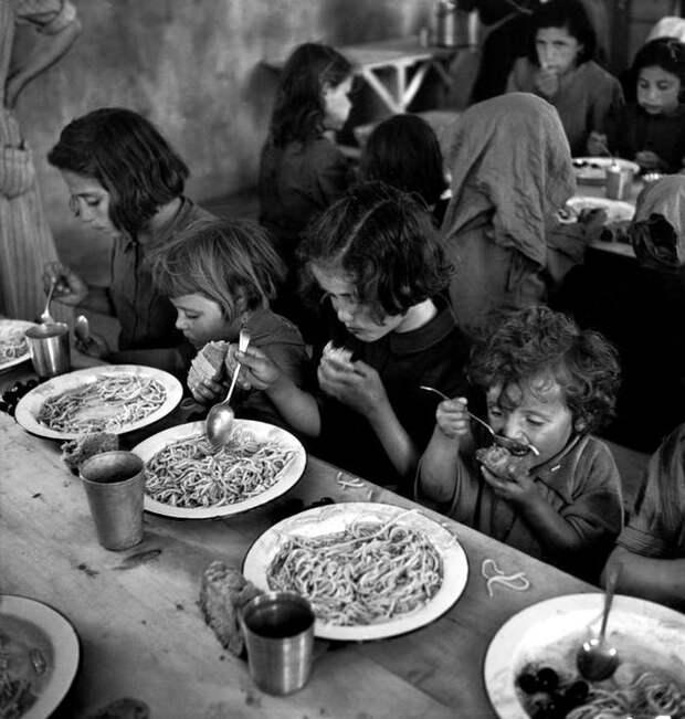 Греция, 1948 год - Дети-сироты и их скромная трапеза