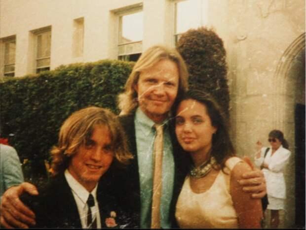 Анджелина Джоли с отцом и братом (фотография 1988 года)