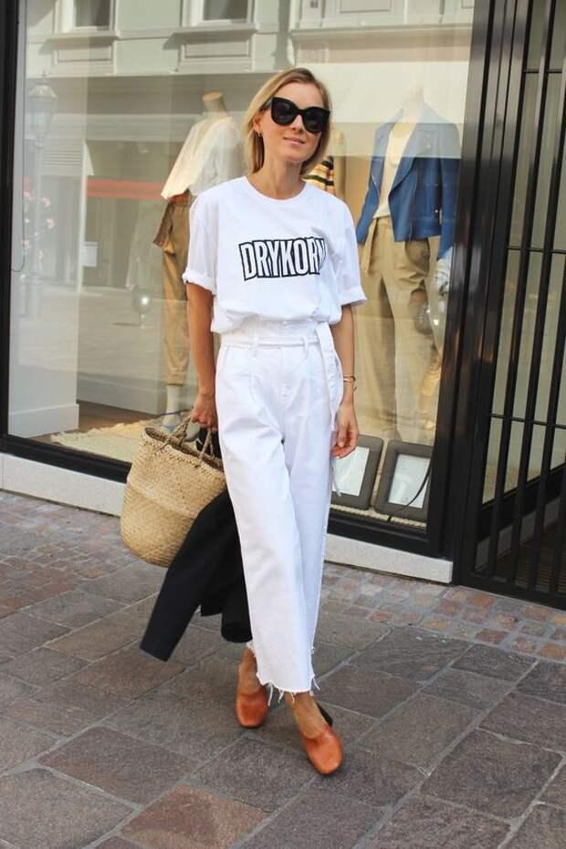 Как составить стильный образ с универсальной белой футболкой