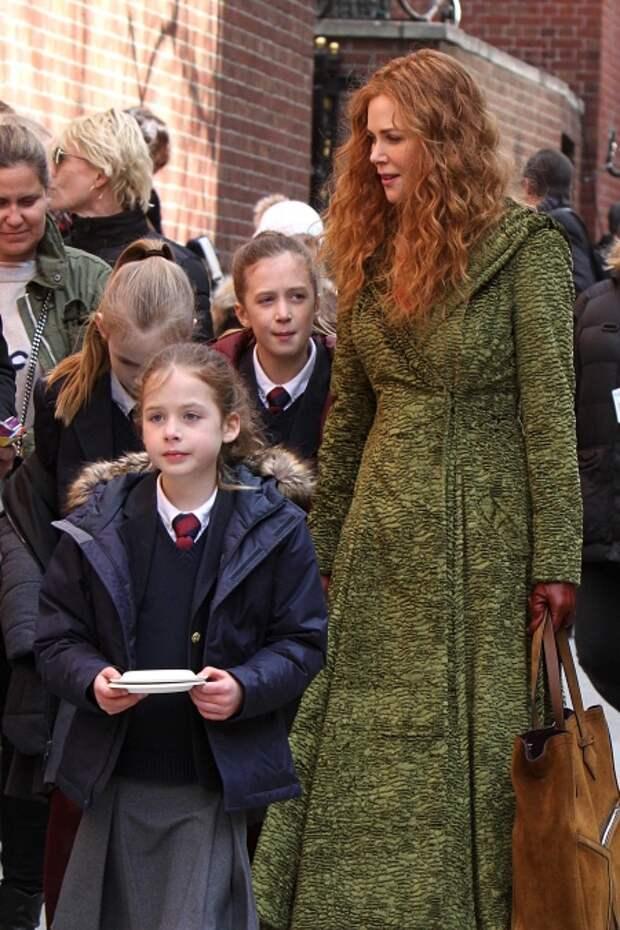 Николь Кидман с дочками на съемках сериала The Undoing