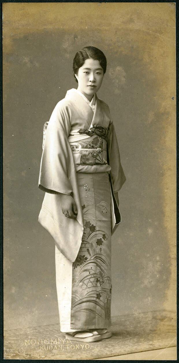 Женские кимоно обычно шьют одного размера, подгоняют по фигуре при помощи складок