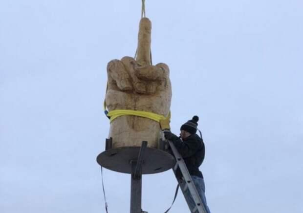 """Огромная статуя «Fuckoff"""" за 4000 $ для местных властей"""