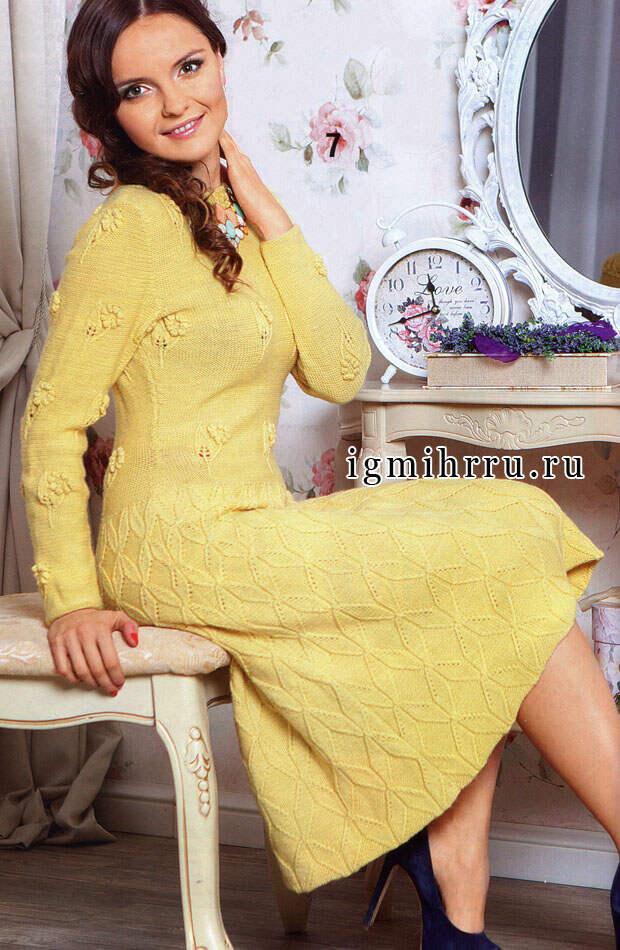 Женственное шерстяное платье горчичного цвета с узорами из ромбов и цветов. Вязание спицами