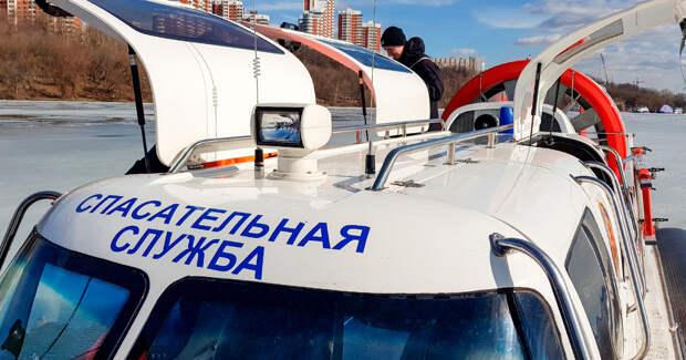 На Москве-реке с дрейфующей льдины спасли женщину
