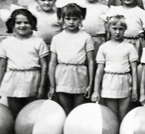 Единственная известная детская фотография Оксаны – она в центре. Здесь ей 9 лет.