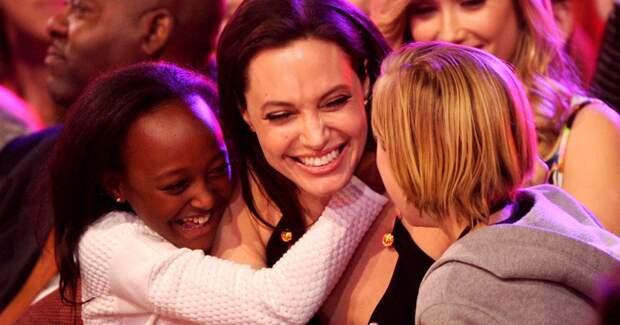 От Джоли до Климовой: многодетные актрисы, которые все успевают