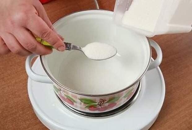 Шаг 2. Кладем сахар в кастрюлю.