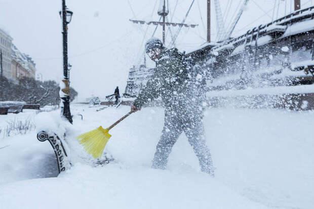 Снежный поезд испортил день дворнику: придется убирать сначала. Видео