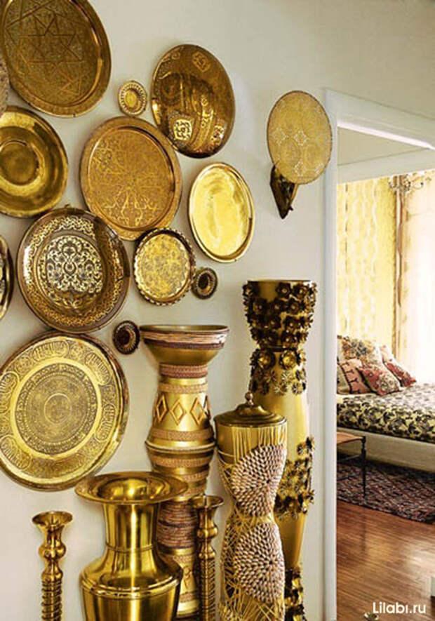 Украшение стен медными тарелками