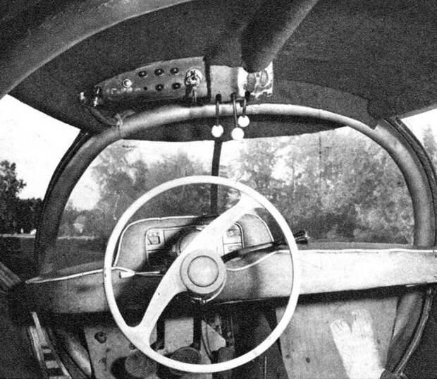Тесное место водителя с рулем от легковушки и блоком датчиков авто, автодизайн, автомобили, дизайн, интересные автомобили, минивэн, ретро авто