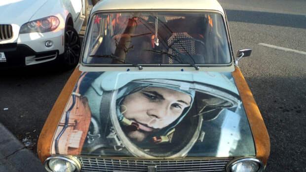 Изображения знаменитых людей на автомобилях