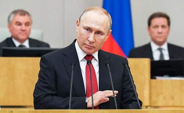 На фото: президент России Владимир Путин (на первом плане) выступает на пленарном заседании Государственной думы РФ