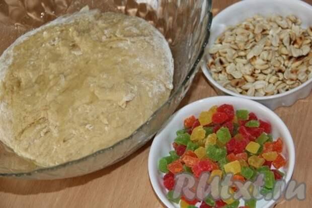 Тесто вымешивать примерно 15-20 минут. Я выкладываю тесто на стол и интенсивно его вымешиваю. Тесто получится гладкое, эластичное, не липнущее к рукам. В конце замеса добавить цукаты, орехи или изюм. Я предварительно обжарила арахис на сухой сковороде.