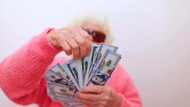 Маленькая старушка заходит в Национальный Банк, держа в руках мешок денег.....