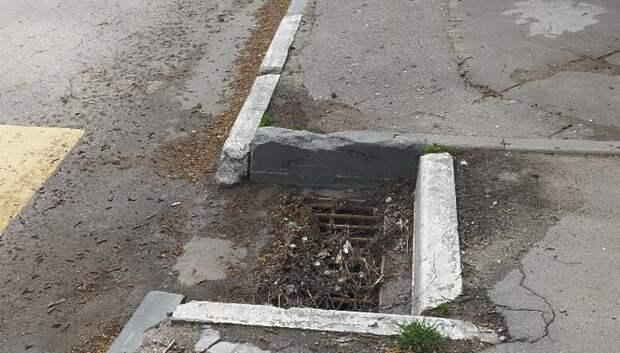 Люк ливневой канализации очистили на Красногвардейском бульваре в Подольске