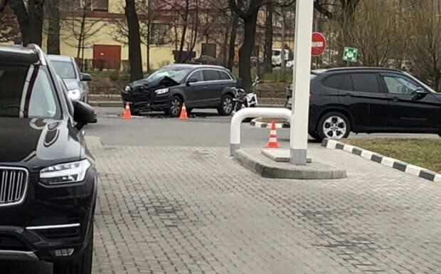 Audi сбил мотоциклиста, поворачивая на заправку на Ждановской набережной